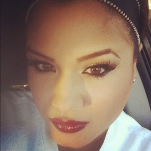 Neutral eyes and red lips. The classic fall look