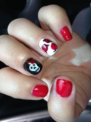 Gel nail polish with Alice in wonderland theme, queen of hearts, roses and a skull with crown