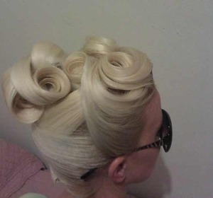 How beautiful is this Updo! I just love it.Found on pinterest (not my work)