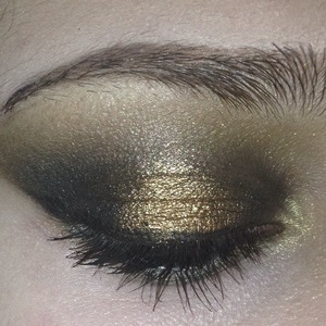 Smokey eyes using black and gold. Comment if you have any questions. ❤️❤️❤️  Instagram: yojackiee_04