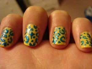 Yellow base with a hint of sparkling teal leopard pattern. A very bright look~