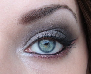 A very simple look I made with the 88 matte palette, below the eye you see MAC Star Violet.
