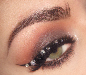 Here is the tutorial for this look : http://www.youtube.com/watch?v=4_QkBRM3RyY&feature=youtu.be