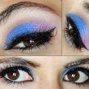 Maquillaje de ojos azul y morado