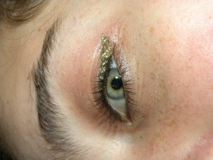 I looooove this eyeliner! Throughout my day at school, it didn't stope shining one bit! I wore this eyeliner for prom, and it looked amazing in all of my photos@
