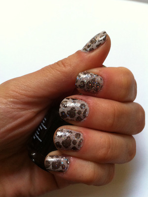 Dark grey on light grey leopard print/giraffe print (done with nail stamps) - sparkle topcoat. http://monrogue.com/konad-nail-stamping-tutorial/