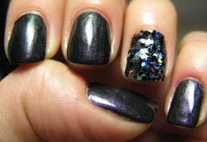 Base coat 'clour of arts' by Essence + 'dragon' pigment by Neve Makeup