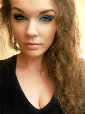 http://missbeautyaddict.blogspot.com/2012/04/make-up-challenge-glitter-make-up.html