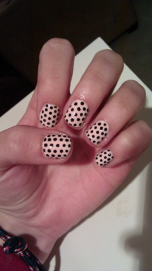 Natural nails with polka dots! Sinful Colors - Easy Going Sinful Colors - Black On Black Seche Vite - Dry Fast Top Coat