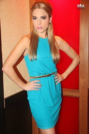 Sleek mod hair, perfect with this dress!