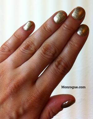Gold nails at monrogue.com