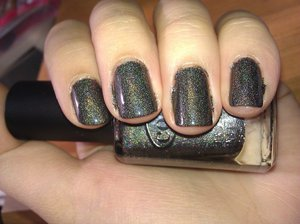 Dark gray with a strong linear holo, what else can I say? I'm in love. I just adore holos. It's one of my favorite finishes in nail polish. I mean, look at it! What's not to love?! The formula is pretty good and easy to work with and it's definitely opaque enough.