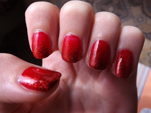 i tried to experiment with this by using a matte red base colour with the glittery red gradient but i just thought it looked a bit off, so put a shiny topcoat on instead :) it was also really hard to get a good picture of how pretty the glitter is, but that is what you get when you live in england where is is cloudy 90% of the time.