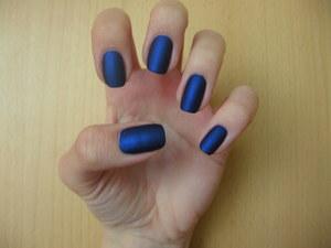 http://arvonka-nails.blogspot.com/2012/05/essence-hard-to-resist-matt-stripes.html