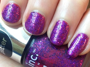 I really love the awesome purple and magenta glitter of Nails Inc Bloomsbury square and wanted to bring out the red tones in it from underneath. I used a fiery cherry red polish from Zoya called carrie Ann as base coat and layered the glitter on top.