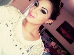 smokey eyes. pink lips