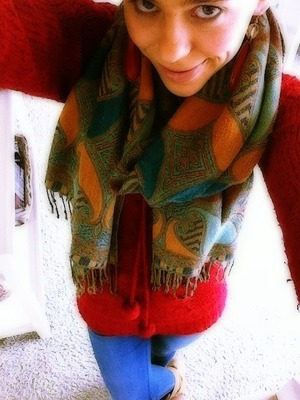 This is an attempt to look past the winter still going on in Holland!  I paired a high waist skinny with caramel boots and red warm cosy  top with a scarf.