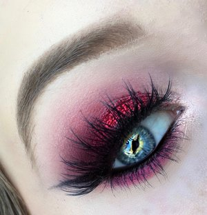 This is the close up eye makeup photo of my previous postings :)! Basically I just did a smokey eye with all my favorite colors present, hope you lovies enjoy. http://theyeballqueen.blogspot.com/2016/04/sparkly-red-and-electric-pink-smokey.html