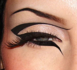 Creative / graphic take on the usual winged eyeliner! Tutorial here :) : https://www.youtube.com/watch?v=5y2Sa0-L9hc