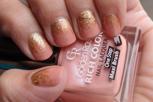 nude and gold ombre nails