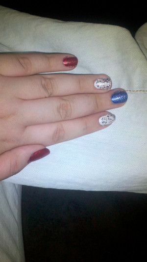 lol im not THAT great at nails...but im a nail polish junkie!! this is what i wore for 4th of july :))