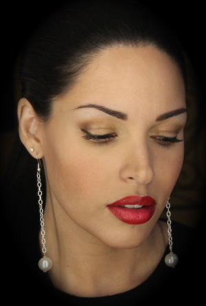 How to wear both red lips and eyeshadow.....the whole post on thedressychick.com