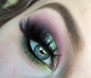 Super colorful eyeshadow with a hint of sparkly mint, I think yes! Full details are on my blog lovies :) http://theyeballqueen.blogspot.com/2016/05/tropical-mint-glitter-vibrant-smokey.html