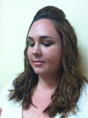 natural eyeshadow makeup with contouring and brown liner.