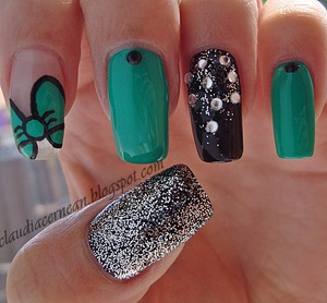 Tutorial on : http://claudiacernean.blogspot.ro/2013/04/unghii-cu-fundita-verde-green-bow-nails.html