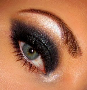 I was inspired by the 60's for this smokey eye, where the shape is more elongated than rounded.