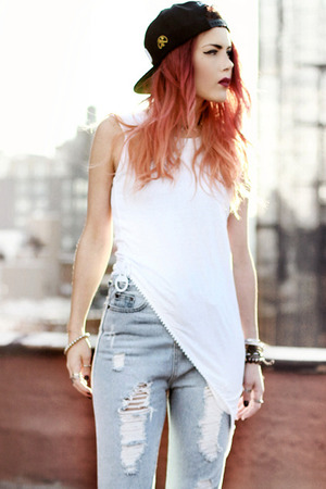 White T-shirt, featuring round neck, sleeveless, tilt hem with a big white zip on the edge, in casual style.