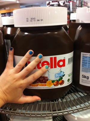 5kg pot of Nutella... AND blue gradient mani 💅