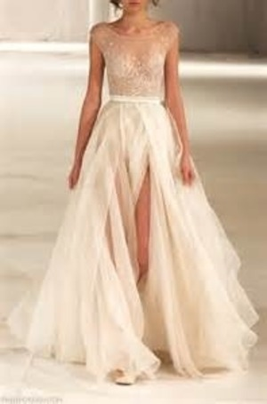 I was searching things beauty related up when I came across this dress and fell in love with the light and flowy style of it