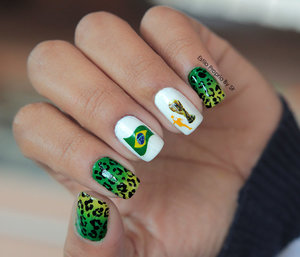 Unha Inspirada na Copa usando adesivos, degrade feito com esponja e desenho animal print com pincel para nail art  http://www.estilopropriobysir.com/2014/05/decalque-da-copa-unha.html