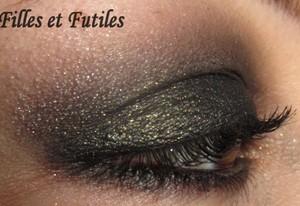 More on : http://www.fillesetfutiles.com/2011/12/maquillage-de-fetes-dirty-smoky-eye-cyber-eyes-de-estee-lauder.html