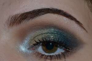 Nautical eye makeup.