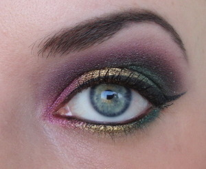 I made this look with Sugarpill Goldilux, Junebug and a matte eyeshadow from Sleek Mediterranean. I don't remember what the pink eyeshadow is.
