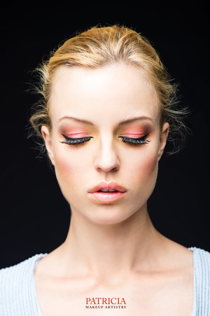 clean cat eye with a pop of pink