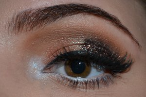 Neutral eyes with a brown glitter accent.