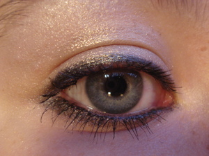 Light eyeliner with gold shimmer all over the lid blended up to the browbone