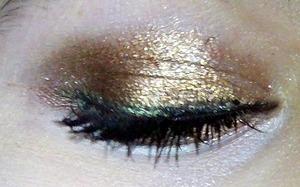 Metallic gold eyeshadow with green eyeliner<3