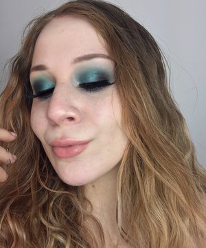 A mean, lean, teal machine...with a pop of gold, OF COURSE! http://theyeballqueen.blogspot.com/2017/02/dramatic-teal-smokey-eyes-with-pop-of.html