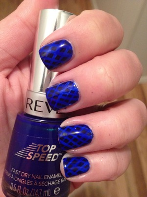 A free-handed crisscross pattern sandwiched between layers of jelly polish