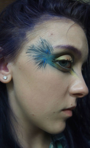 The look for today was this kind of bird like eye makeup!