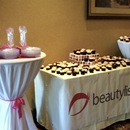 Who doesn't love a big spread of cupcakes? Nom.