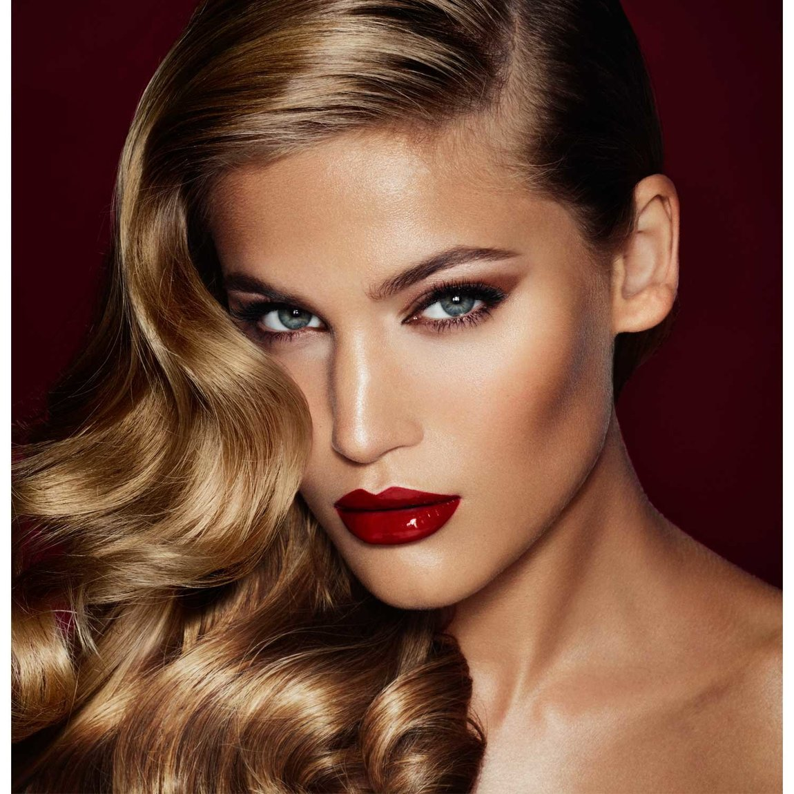 Charlotte Tilbury Get the Look The Bombshell product smear.