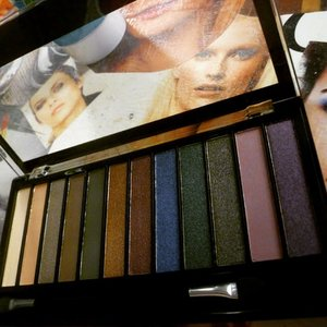 review on my blog PALETTE HOT SMOKED MAKEUP REVOLUTION http://chicroe.blogspot.it/2015/03/palette-occhi-hot-smoked-di-makeup.html?m=1