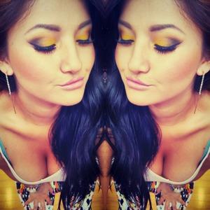 una sombra amarilla mesclada con narnga y tOque de negro  espero que les guste  @makeupbygema