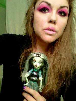 Frankie Stein inspired eye make-up Eyes: Sugarpill in Dollipop -Poison Plum- Bulletproof Primer used for eyes: Lime Crime Candy eyed helper Lips: Lime Crime in Great Pink Planet