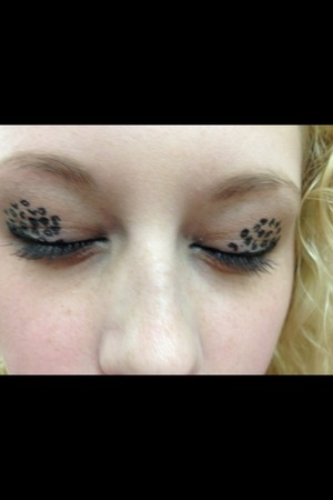 My cosmo sister lynsey always has the cutest make up ideas!